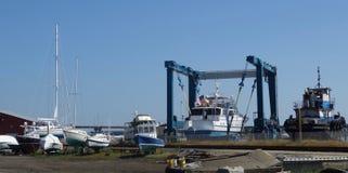 Jarda do barco fora, muitos barcos brancos pequenos dentro para o reparo ou venda fotografia de stock royalty free