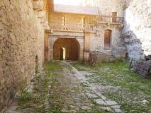 A jarda do castelo velho Imagem de Stock Royalty Free