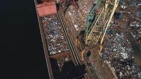 Jarda e guindaste da sucata no porto, reciclando materiais filme