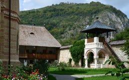 Jarda e torre de sino do monastério de Polovragi fotos de stock royalty free