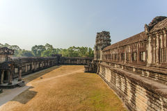 A jarda entre segundos e terceiros cercos, Angkor Wat, Siem Reap, Camboja imagens de stock royalty free