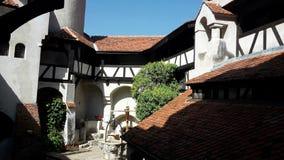 Jarda interior do castelo do farelo conhecido como o castelo do ` s de Dracula, Romênia imagens de stock royalty free