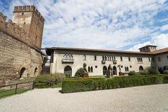 Jarda interna do castelo velho de Verona Imagens de Stock