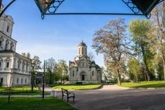 Jarda interna do monastério de Andronikov Catedral de Spassky e fragmento da igreja do arcanjo Michael, Moscou Fotos de Stock