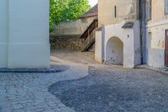 Jarda medieval velha nos meios, Romênia da igreja imagens de stock royalty free