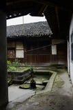 Jarda pequena antes da casa de madeira chinesa antiga Imagem de Stock Royalty Free