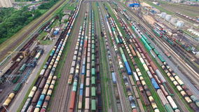 Jarda Railway com muitos linhas railway e trens de mercadorias, jarda marshalling de frete de trilho, estradas de ferro do russo vídeos de arquivo