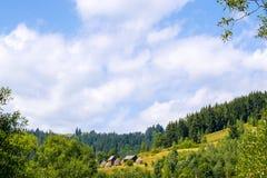 Jarda rural com monte de feno fotografia de stock