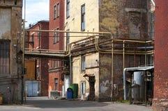 Jarda suja de uma fábrica pequena em Rússia Imagens de Stock