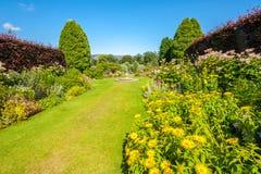 Jardim ajardinado bonito do verão Fotos de Stock Royalty Free