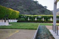 Jardim ajardinado com mesas de jantar Foto de Stock