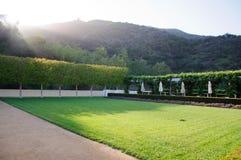 Jardim ajardinado com mesas de jantar Fotos de Stock Royalty Free