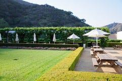 Jardim ajardinado com mesas de jantar Foto de Stock Royalty Free
