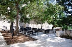 Jardim ajardinado com mesas de jantar Imagem de Stock Royalty Free