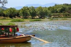 Jardim Beijing de Yuanming Yuan do lago boat Imagens de Stock Royalty Free