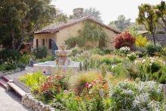Jardim bonito de Carmel Mission, Califórnia fotos de stock royalty free