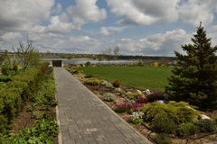 Jardim bonito sob o céu do casaco Foto de Stock Royalty Free