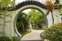 Jardim chinês asiático da expo do jardim do Pequim, construções antigas, paredes brancas, telhas cinzentas, janelas decorativas, Imagens de Stock Royalty Free