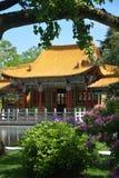 Jardim chinês com casa Fotos de Stock
