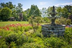 Jardim com fonte Imagens de Stock Royalty Free