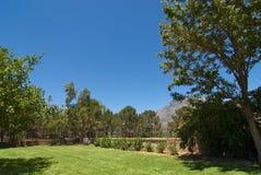 Jardim com grande gramado Fotografia de Stock Royalty Free
