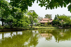 Jardim com lago Fotos de Stock