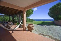 Jardim com opinião do mar Fotos de Stock Royalty Free