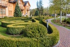 Jardim com paisagem do topiary Ajardinar no parque Fotos de Stock Royalty Free