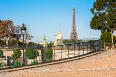 Jardim com a torre Eiffel na manhã do verão, Pa de Tuileries Fotografia de Stock Royalty Free