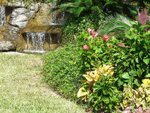 Jardim da característica da água imagens de stock