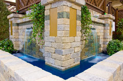 Jardim da casa com cachoeiras Fotografia de Stock Royalty Free