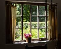 Jardim da casa de campo da casa pequena do tijolo Imagem de Stock Royalty Free