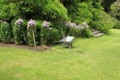 Jardim da casa de campo na ilha de Garinish na Irlanda no verão fotos de stock royalty free