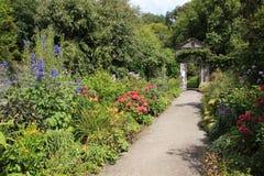 Jardim da casa de campo na ilha de Garinish na Irlanda no verão fotos de stock