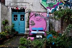 Jardim da frente desarrumado Foto de Stock Royalty Free
