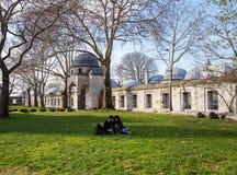 Jardim da mesquita de Suleymaniye _algum turista visitar mesquita estar descansar jardim imagem de stock