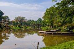 Jardim da opinião do lago em uma área residente Fotos de Stock