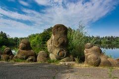 Jardim das pedras das amonites na costa do lago Imagens de Stock Royalty Free