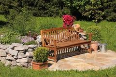Jardim de erva, lata molhando e banco Fotos de Stock