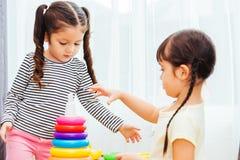 Jardim de infância bonito do bebê que joga a educação do brinquedo do laço imagens de stock royalty free