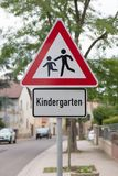 Jardim de infância do roadsign das crianças da atenção, escola primária Fotos de Stock Royalty Free
