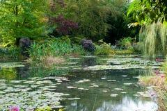 Jardim de Monet e lagoa do lírio Fotos de Stock Royalty Free