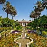 Jardim de Narenjestane Qavam em Shiraz com ajardinar do persa e os canais pequenos que conduzem ao pavilhão Fotografia de Stock