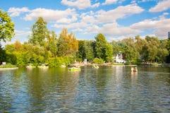 Jardim de Neskuchny em torno da grande lagoa de Golitsyn durante o meio-dia fotografia de stock