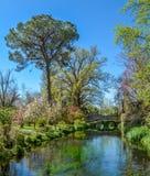 Jardim de Ninfa, jardim da paisagem no território de di Latina do Cisterna, na província de Latina, Itália central imagens de stock