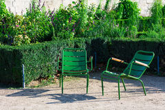 Jardim de Tuileries e duas cadeiras de jardim verdes, Paris, França Fotos de Stock Royalty Free