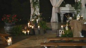 Jardim decorado para um banquete de casamento na noite filme