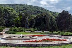Jardim decorativo bonito no recurso com flor e árvore fotos de stock