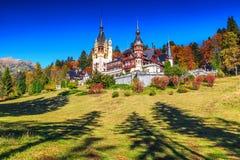 Jardim decorativo impressionante e castelo real, Peles, Sinaia, a Transilvânia, Romênia, Europa Imagem de Stock