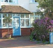 Jardim do pátio de entrada coberto da casa de campo de Kent imagem de stock royalty free